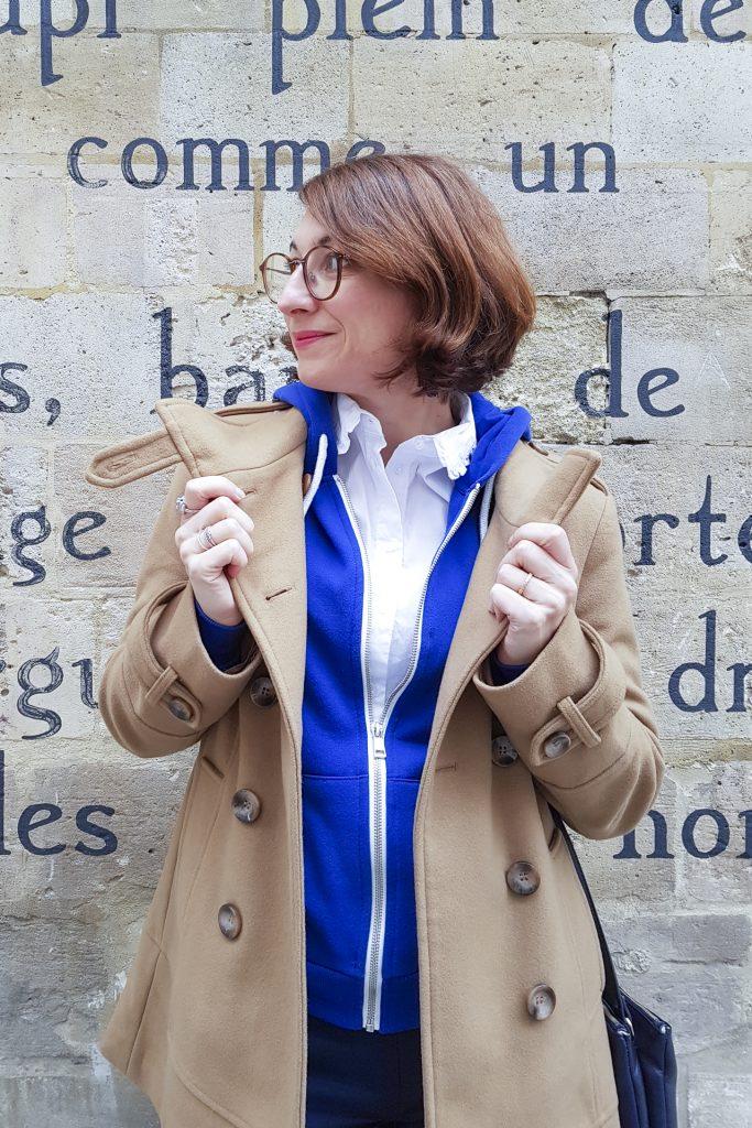 manteau camel bleu look mode blogueuse fashion chemise blanche mur écrit lunette rayban boines à taon boots