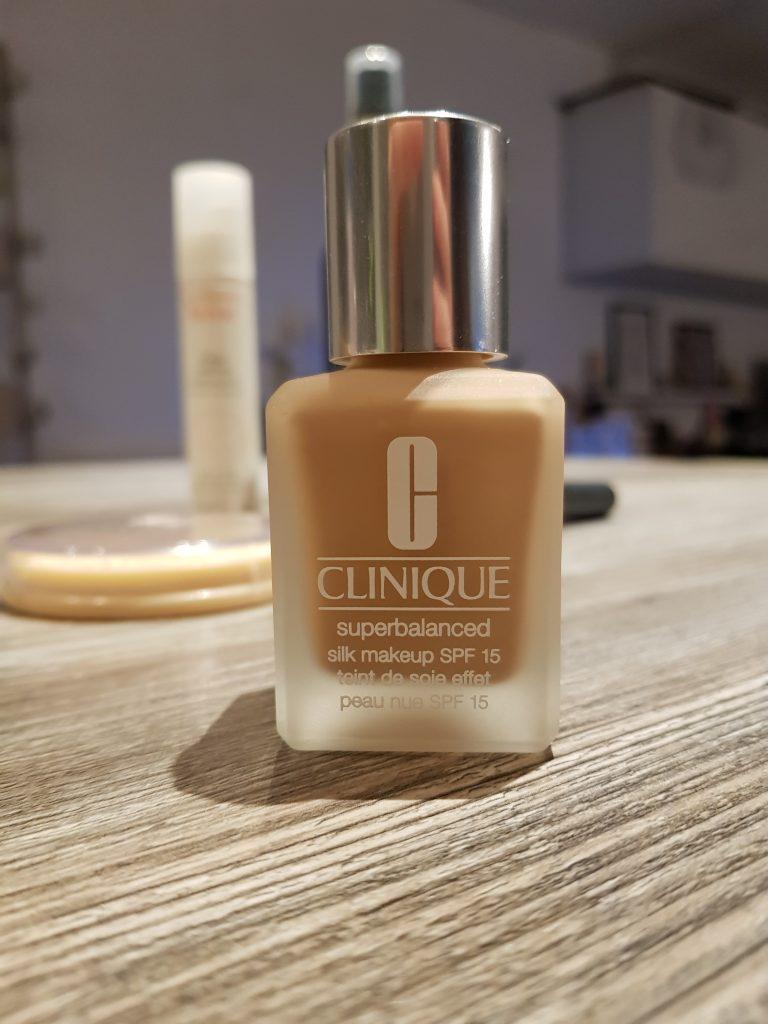 fond de tein cliniue superbalanced silk makeup teint de soie effet peau nue routine beauté
